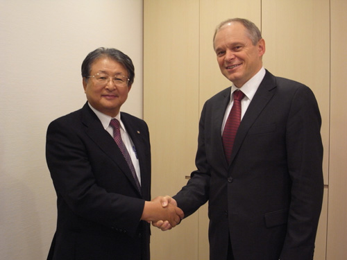 Mr. Shiro Kondo (left), Ricoh CEO and Mr. Bernhard Schreier (right), Heidelberg CEO